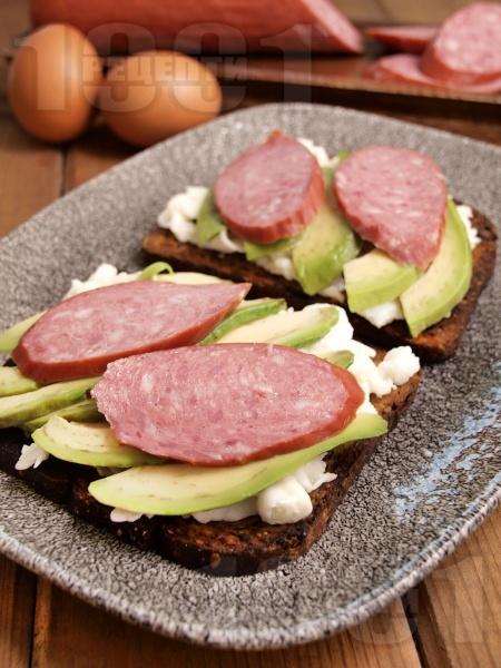 Протеинов сандвич с пълнозърнест хляб, авокадо, белтъци и колбас - снимка на рецептата